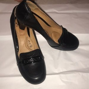 Sofft size 9 black leather heeled loafers perfect
